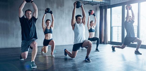 É possível perder peso, ganhar força, definir o corpo e melhorar a flexibilidade com aulas de academia