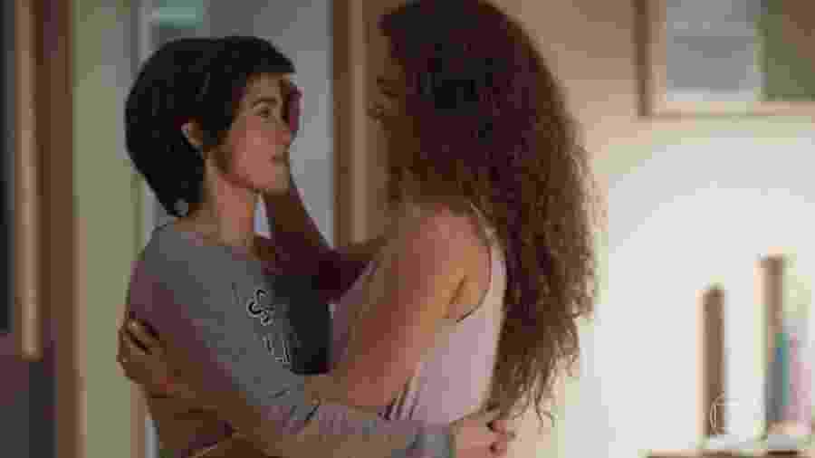"""Maura (Nanda Costa) e Selma (Carol Fazu), em """"Segundo Sol"""": após tanto esforço para ficarem juntas, policial se apaixonará por Ionan (Armando Babaioff) - Reprodução/Globo"""