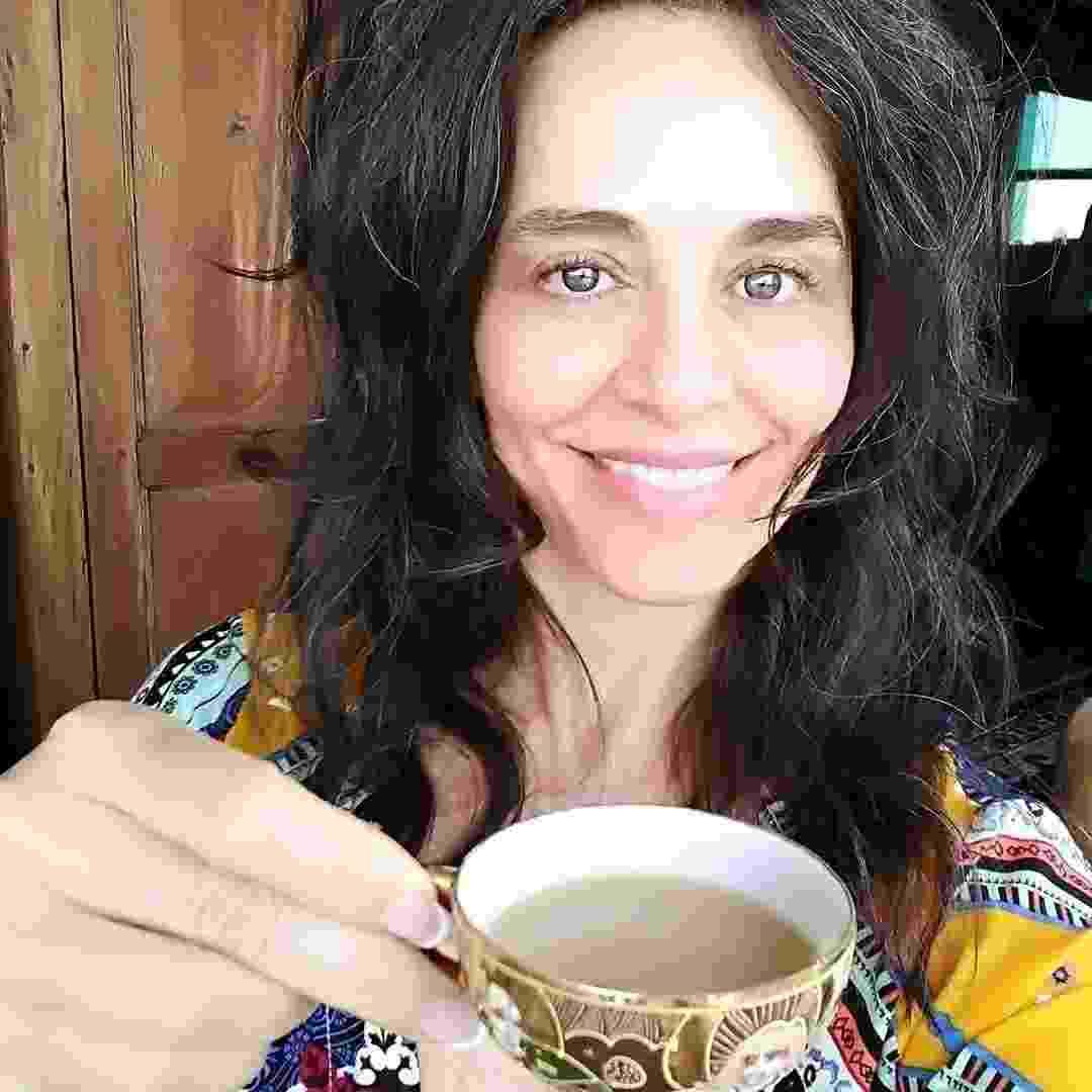 """Há mais de 10 anos, Carla Vilhena, 51 anos, não pinta o cabelo. No início, ela admite que estranhou ver as raízes com fios brancos. """"Me habituei e acho que a maioria dos que convivem comigo também. Sorte que a 'onda' de mulheres de cabelos brancos parece estar chegando ao Brasil, provando que nós podemos ser elegantes e bonitas sem recorrer a tantos artifícios"""", escreveu ela em seu site - Reprodução/Instagram"""