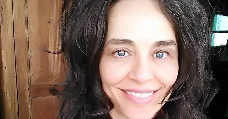 """Há mais de 10 anos, Carla Vilhena, 51 anos, não pinta o cabelo. No início, ela admite que estranhou ver as raízes com fios brancos. """"Me habituei e acho que a maioria dos que convivem comigo também. Sorte que a 'onda' de mulheres de cabelos brancos parece estar chegando ao Brasil, provando que nós podemos ser elegantes e bonitas sem recorrer a tantos artifícios"""", escreveu ela em seu site"""