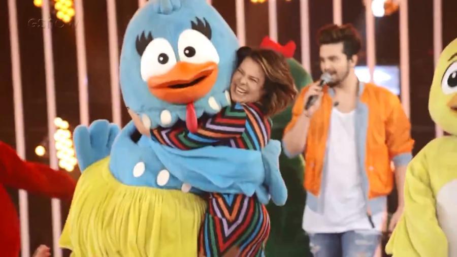 """Fernanda Souza abraça integrante da turma da Galinha Pintadinha no """"Só Toca Top"""" - Reprodução/Gshow"""