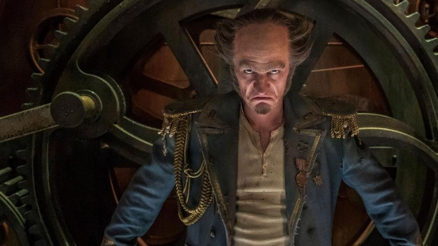 """Conde Olaf (Neil Patrick Harris) surge assustador em cena da última temporada de """"Desventuras em Série"""", da Netflix - Reprodução/Entertainment Weekly"""