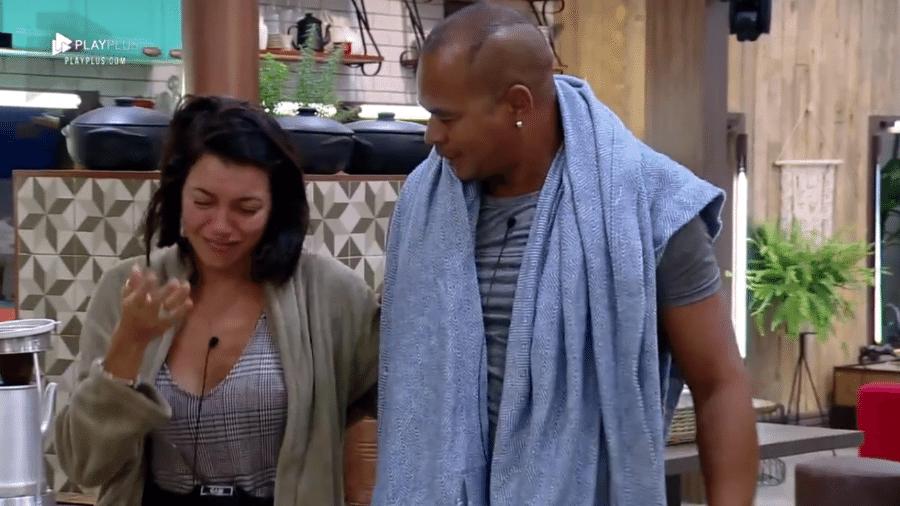 Gabi Prado chora ao ajudar Aloísio Chulapa a arrumar a mala - Reprodução/Play Plus