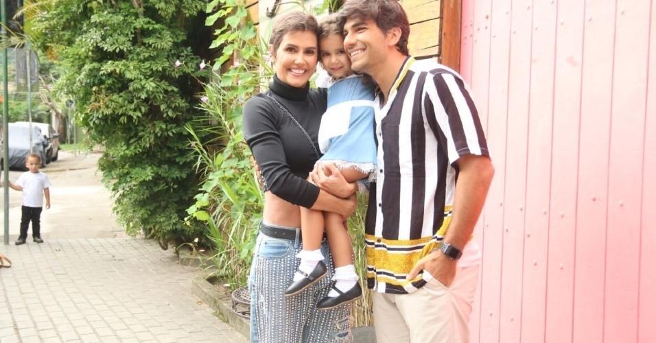 Deborah Secco com o marido Hugo Moura e a filha Maria Flor