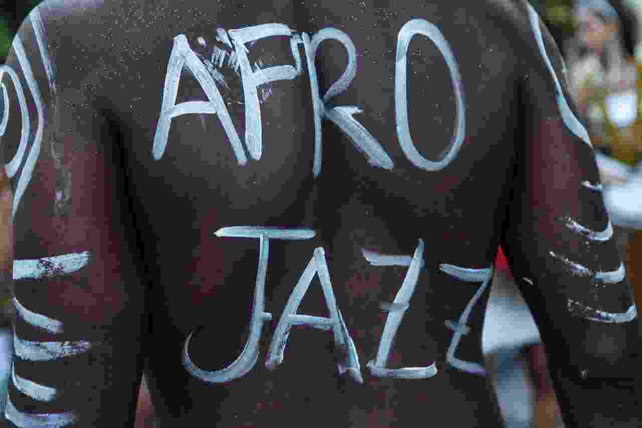 Bloco Afrojazz fazem cortejo de uma hora e meia com som de Stevie Wonder, James Brown e outros - Lucíola Vilela/UOL