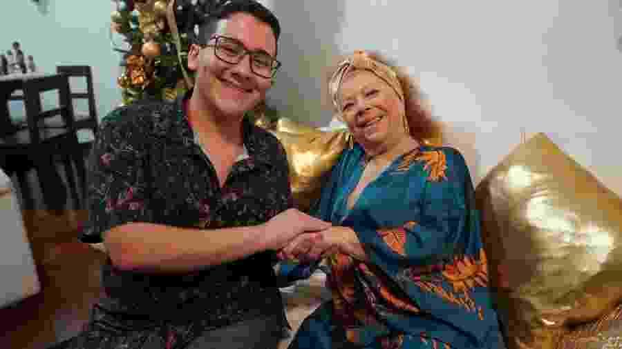 Enzo e Beth Carvalho na casa da cantora quando aconteceu a gravação do clipe - Divulgação
