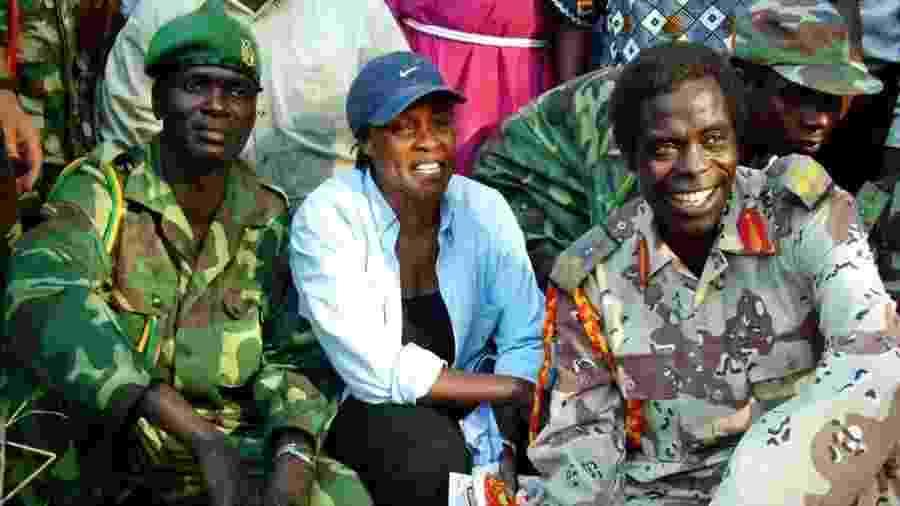 Betty Bigombe com o negociador do LRA, Big Sam Kolo - Reuters