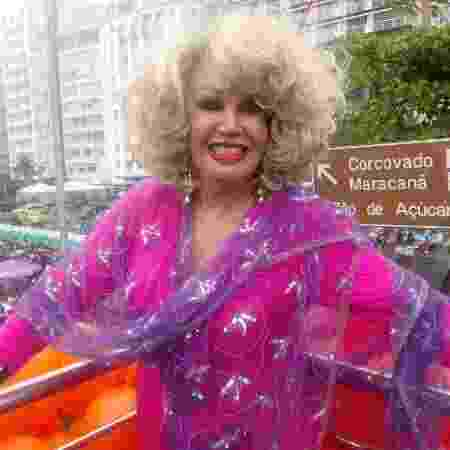 A atriz trans Jane Di Castro cantou o Hino Nacional na abertura da Parada - Pauline Almeida/UOL