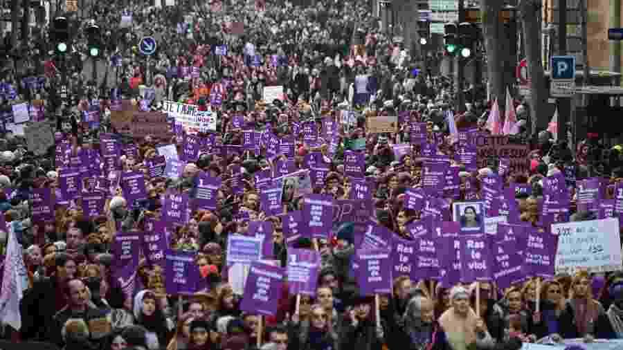 """""""Maré roxa"""" em Paris protestou contra aumento em feminicídios no país - AFP/Dominique Faget"""
