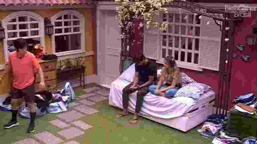 BBB 20: Pyong entra no quarto enquanto Gabi e Guilherme conversam - Reprodução/Globoplay