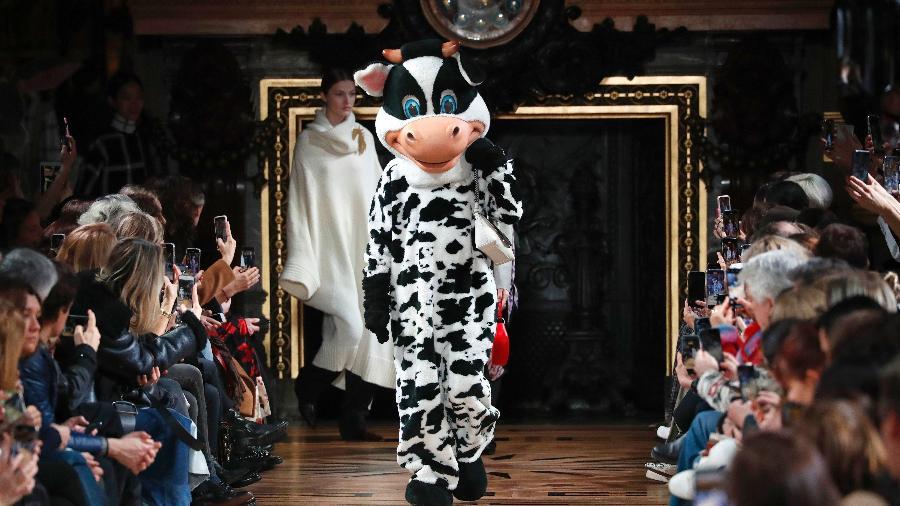 02.03.2020 - Modelo vestida de vaca desfila para Stella McCartney na Semana de Moda de Paris - Getty Images