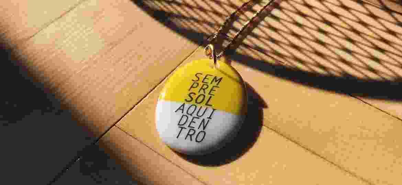 Pingente de porcelana da marca: poesia para levar junto - Divulgação