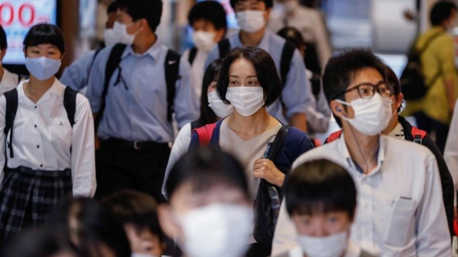 Estudantes usam máscara para se proteger do coronavírus enquanto caminham pela estação Kamata em Tóquio, no Japão - James Matsumoto/SOPA Images/LightRocket via Getty Images