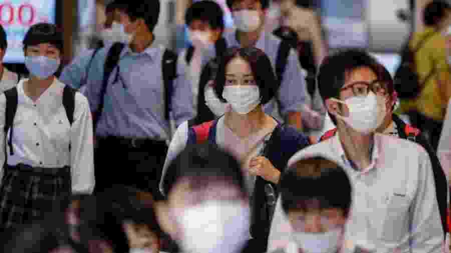 3.jun.2020 - Estudantes usam máscara para se proteger do coronavírus enquanto caminham pela estação Kamata em Tóquio, no Japão - James Matsumoto/SOPA Images/LightRocket via Getty Images