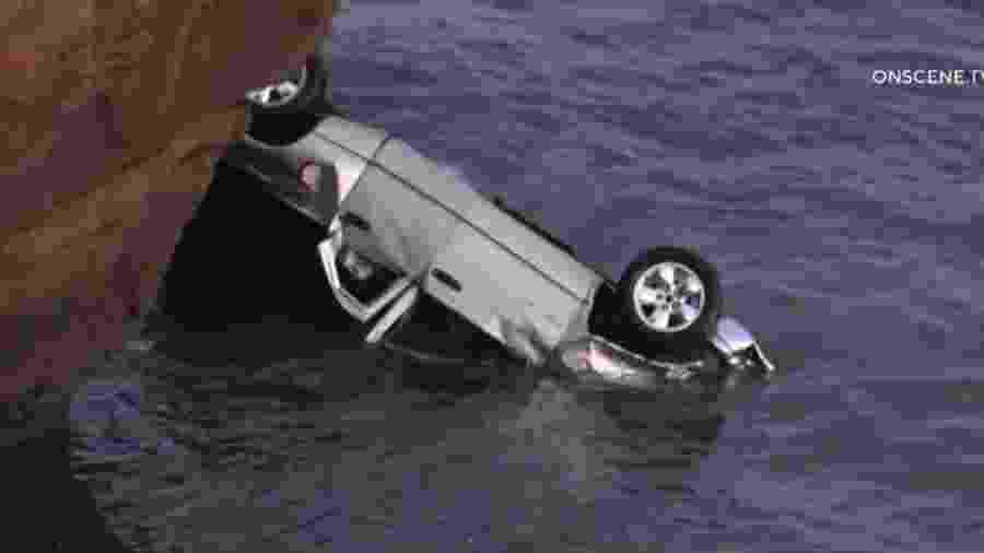 Ocupantes são salvos após caírem de penhasco em caminhonete nos EUA - Reprodução