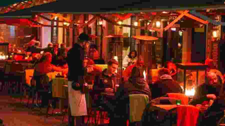 Clientes em restaurante na cidade de Colônia, na Alemanha - NurPhoto via Getty Images