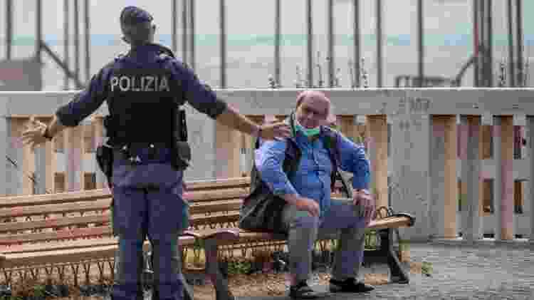 Vacilo em uso de máscara pode gerar brigas e até bronca dos famosos carabinieri, em Roma - Getty Images - Getty Images