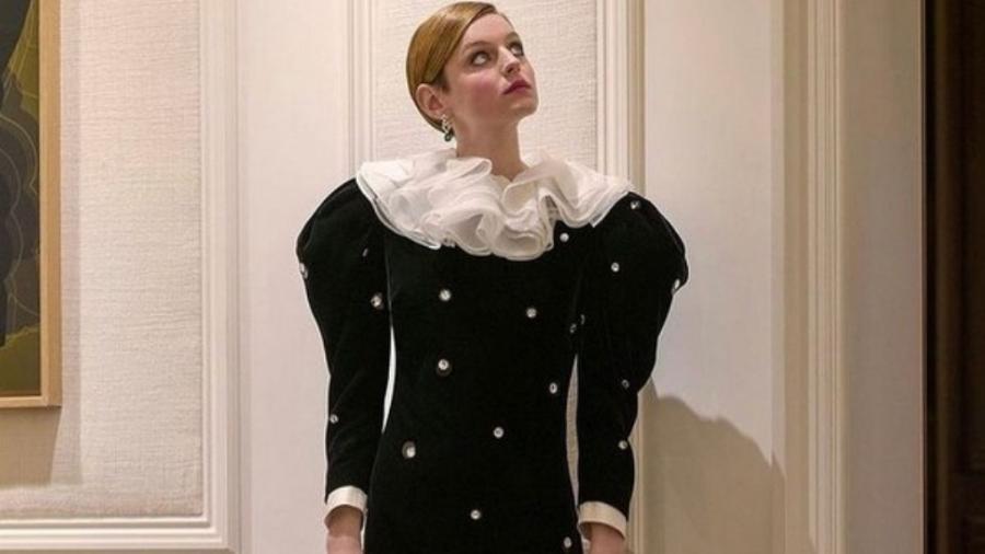 Emma Corrin faz rifa com vestido do Globo de Ouro - Reprodução/Instagram@emmalouisecorrin