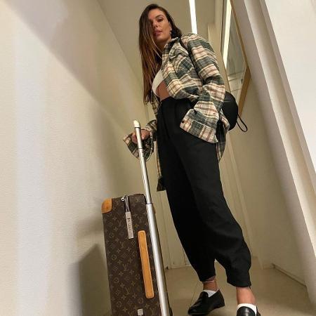 Isis Valverde posa com mala de grife - Reprodução/Instagram