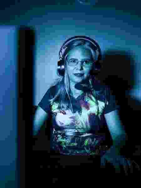 """Lucilene Montanha, mais conhecida no universo Game como """"Tia Lu in Game"""", em sua casa no bairro Monte das Oliveiras, Manaus-AM(Foto: Juliana Pesqueira/UOL).ATENCAO: PROIBIDO PUBLICAR SEM AUTORIZACAO DO UOL - Juliana Pesqueira - Juliana Pesqueira"""