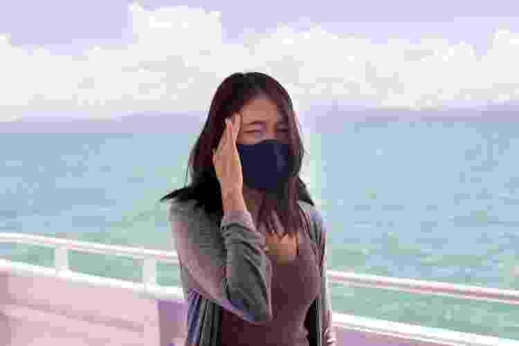 Mulher de máscara em navio - Getty Images/iStockphoto - Getty Images/iStockphoto