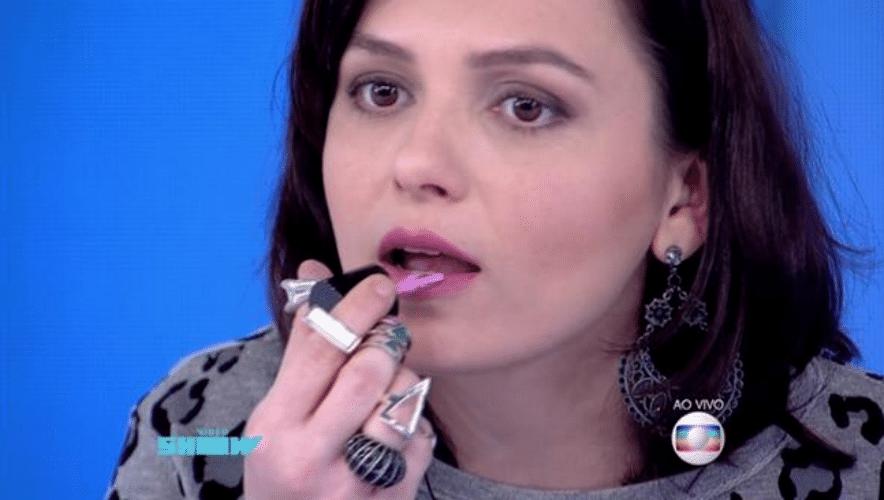 """4.set.2015 - Monica Iozzi passou esmalte na boca durante o """"Vídeo Show"""", da Globo, desta sexta-feira (4). A experiência não deu muito certo, já que os lábios da apresentadora ficaram colados"""