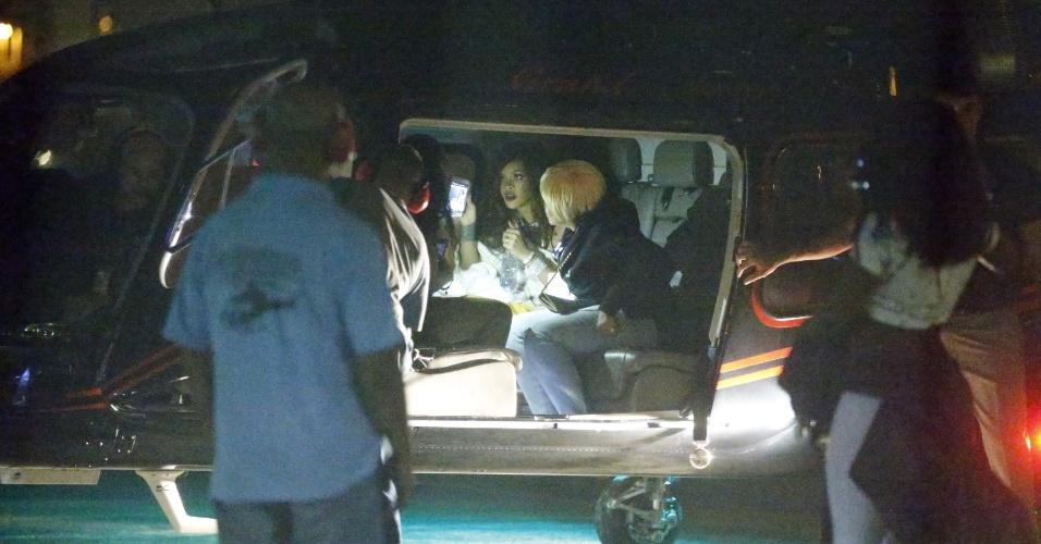 27.set.2015 - Depois de se apresentar no Rock in Rio, a cantora Rihanna chega de helicóptero ao heliponto da Lagoa