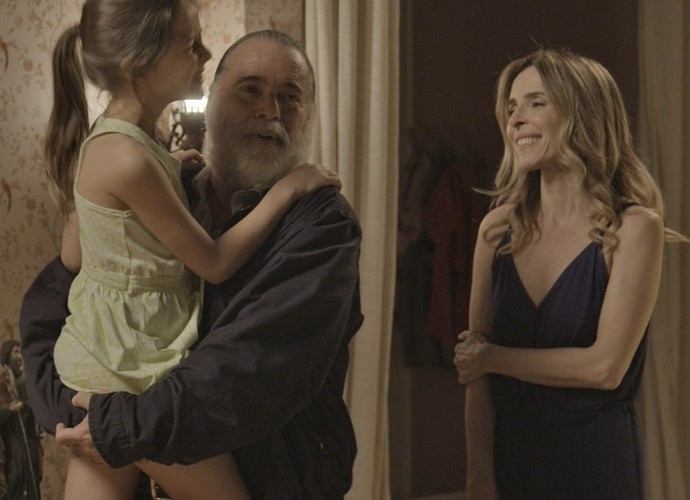 Kiki (Deborah Evelyn) com a filha, Aninha (Letícia Braga), e Zé Maria (Tony Ramos) em