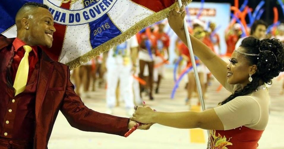 21.jan.2016 - Shayene Pituba, 27 anos, ao lado do parceiro Marcinho. A jovem estreia como primeira porta-bandeira da União da Ilha do Governador
