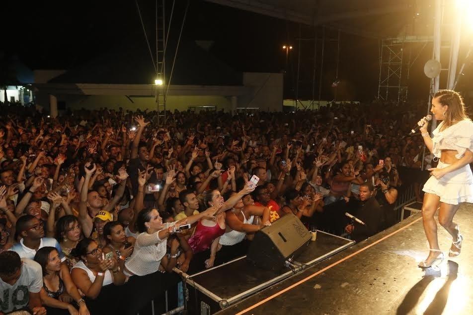 25.jan.2015 - Na noite desta segunda-feira, Claudia Leitte cantou com Xanddy em show em Salvador, na Bahia. A cantofra foi uma das convidadas do ensaio para o carnaval do grupo Harmonia do Samba