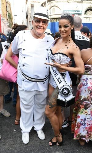 06.fev.2016 - A musa Jennifer de Paula posa ao lado de Pedro Ernesto, presidente do bloco Cordão da Bola Preta, no Rio de Janeiro.