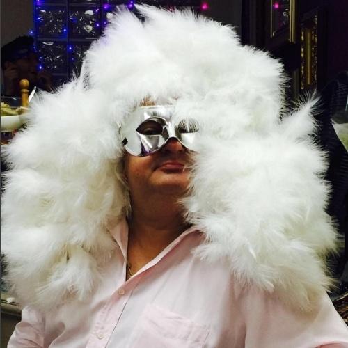 """5.fev.2015 - Na noite desta sexta-feira, Erick Jacquin, jurado do """"MasterChef"""", postou uma foto em seu Instagram em que aparece fantasiado curtindo o Carnaval de São Paulo. """"Agora é carnaval! Estão prontos? Com muito 'tômpero' e alegria!"""", escreveu o francês na legenda da imagem"""