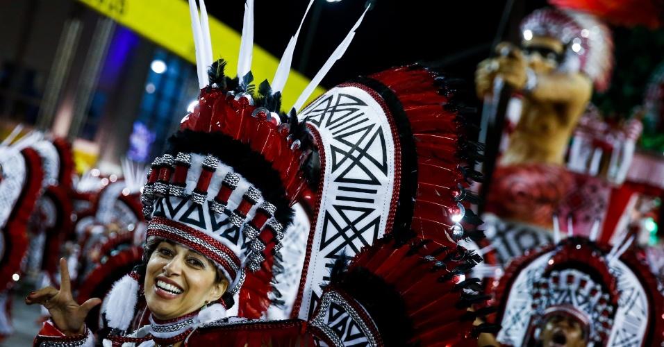 6.fev.2016 - Integrante de uma das alas da Unidos do Peruche, escola que homenageou os cem anos do samba