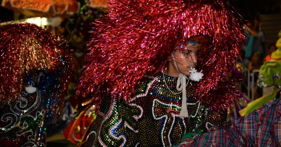 8.fev.2016 - Desfile das agremiações teve maracatu na Estrada Velha do Bongi durante a programação do Carnaval pernambucano
