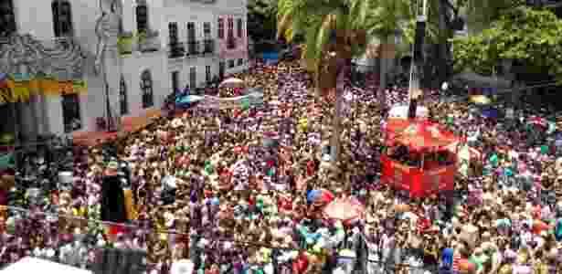 9.fev.2016 - Desfile dos bonecos gigantes arrasta multidão pelas ladeiras de Olinda - Felipe Branco Cruz/UOL
