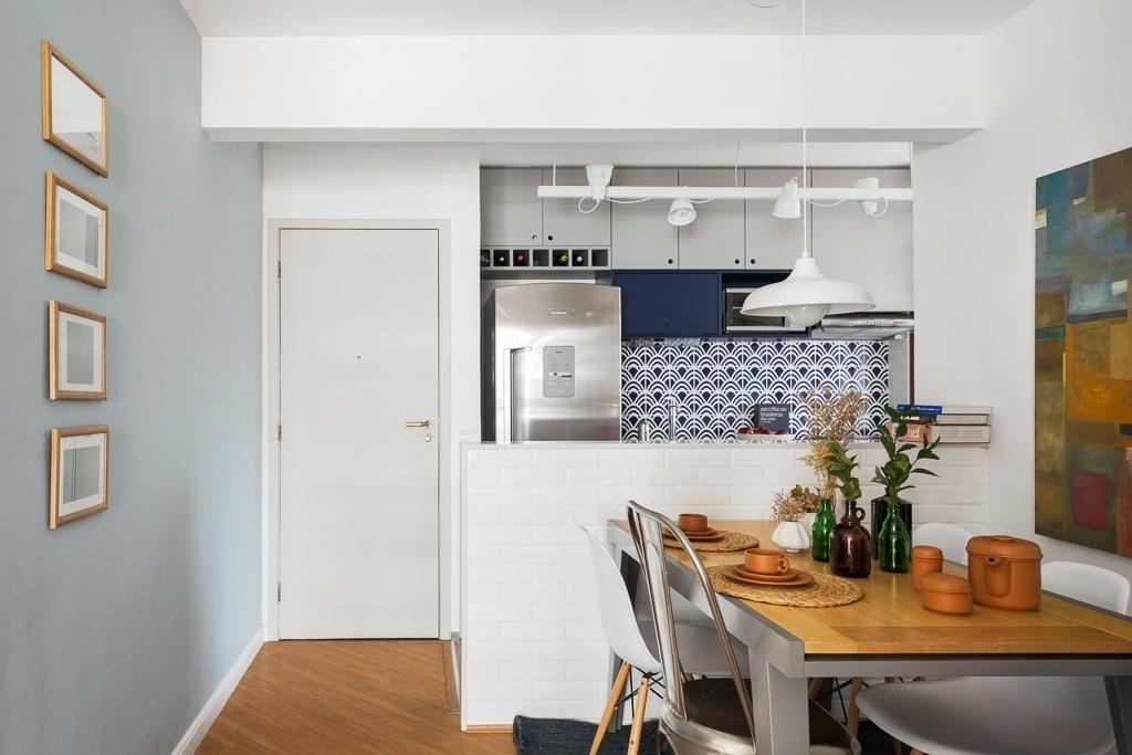O apê Caravelas, com projeto de reforma da arquiteta Marcela Madureira, ganhou uma cozinha americana com a criação de uma meia-parede que divide, mas também integra, os ambientes sociais, além de servir como bancada. Muito prática, a estrutura pode ser usada como bar e como balcão passa-pratos