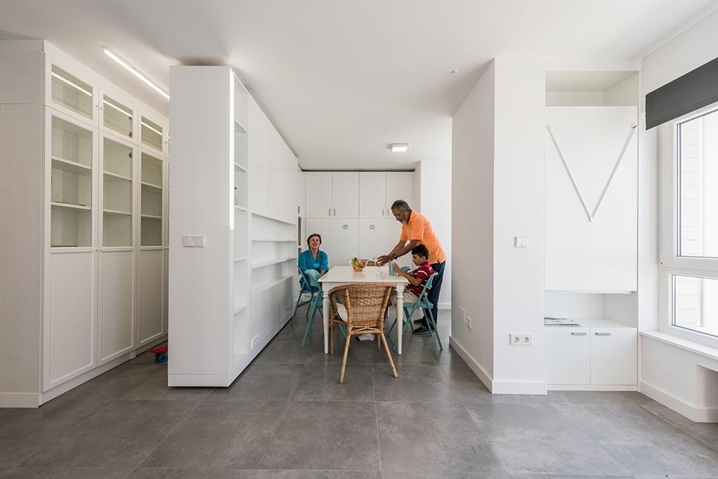 O apartamento no norte da Espanha oferece várias configurações a seus usuários. Em uma delas é possível aproveitar uma confortável sala para refeições perto da janela. O projeto foi realizado pelos arquitetos do escritório PKMN e faz parte da série