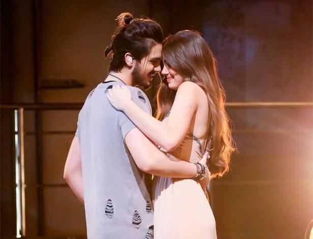 """18.ago.2016 - Camila Queiroz e Luan Santana se beijam durante gravação do DVD """"1977"""" do cantor sertanejo"""
