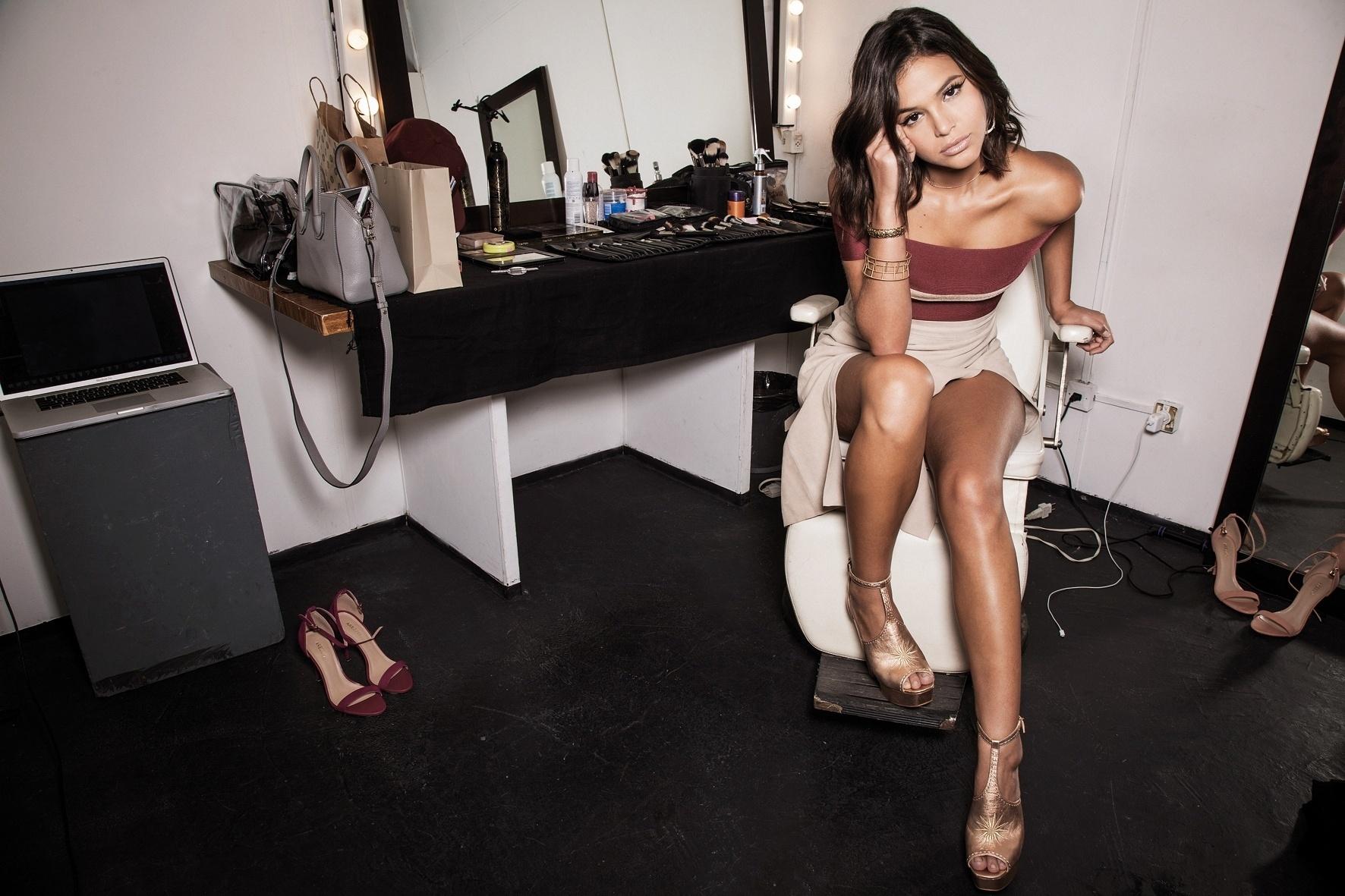 set.2016 - Bruna Marquezine deixa as pernas de fora em ensaio para a revista