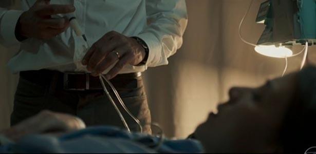 """Em cena da série """"Justiça"""", Maurício pratica eutanásia na mulher Beatriz após acidente"""