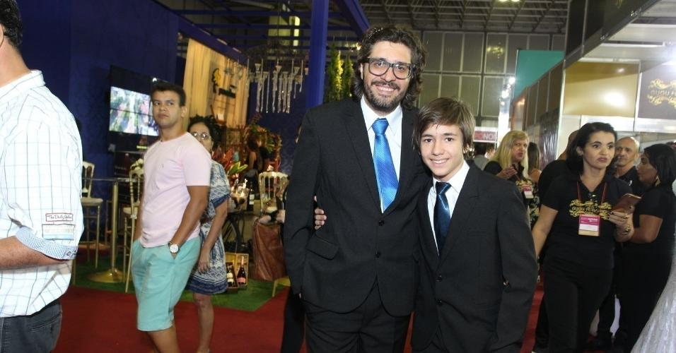 Ilmar marca presença no casamento de Elis acompanhado do filho, Igor