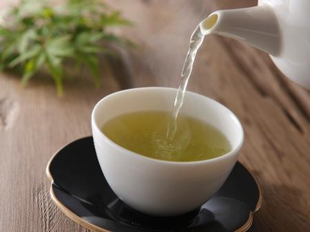 Chá verde emagrece? Entenda como consumir e benefícios