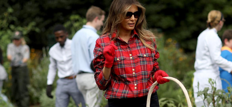 Resultado de imagem para Melania Trump usa camisa de R$ 4.840 para cuidar de horta na Casa Branca