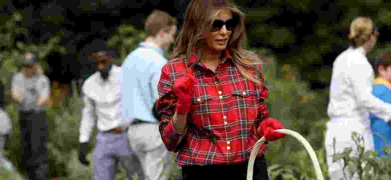Melania Trump em sua camisa Balmain que causou polêmica - Getty Images