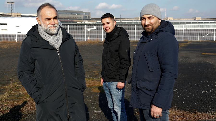 O brasileiro Karim Ainouz com os refugiados Ibrahim Al Hussein, da Síria, e Qutaiba Nafea, do Iraque - REUTERS/Fabrizio Bensch