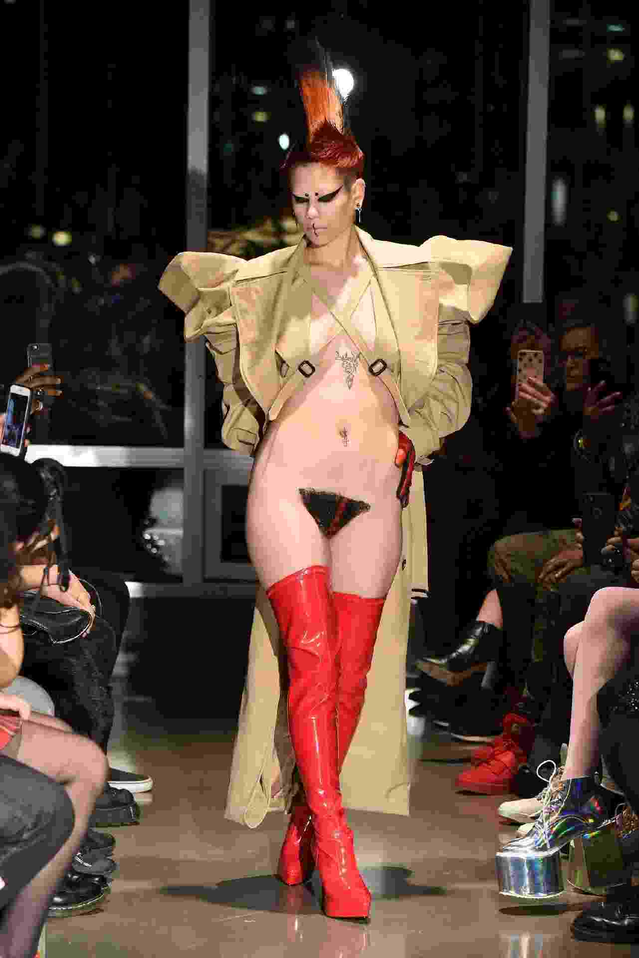 Modelo com merkin, peruca genital, durante o desfile da Kaimin na New York Fashion Week - Getty Images