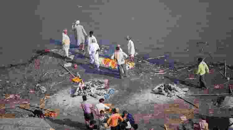 Corpo é depositado às margens do rio Ganges para ritual de cremação ao ar livre - Getty Images