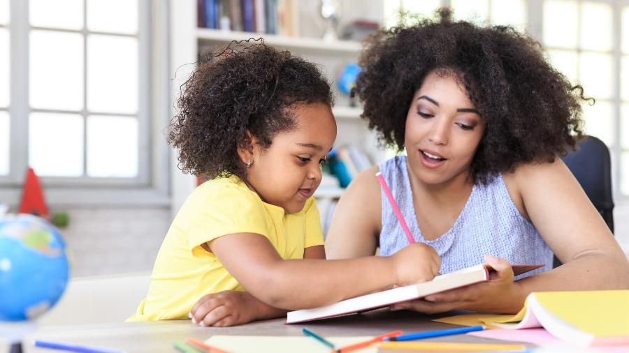 Auxiliar os filhos a estudar em casa pode sobrecarregar ainda mais pais e mães em quarentena - iStock