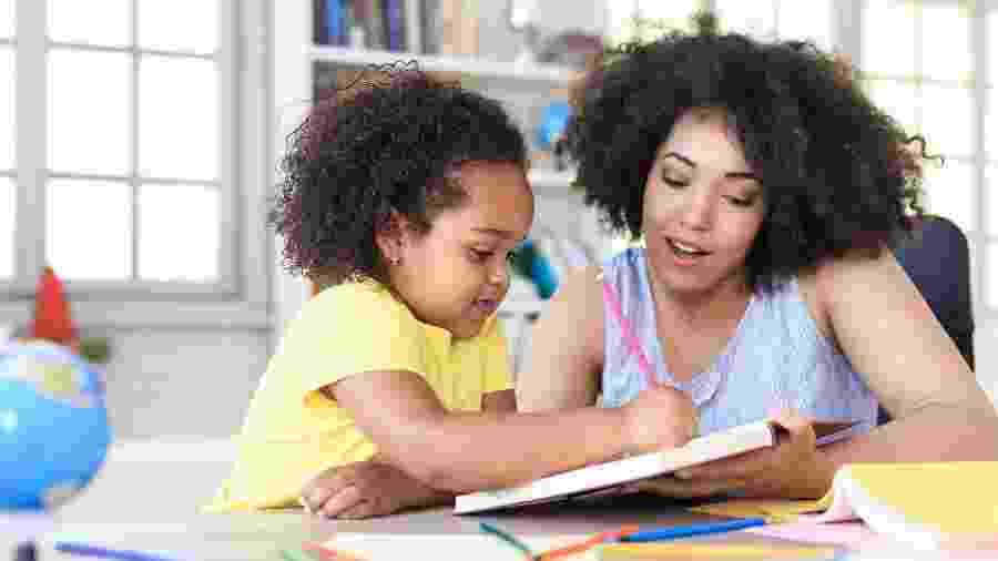 Ajudar crianças a organizar o ambiente e o tempo de estudo em casa é um fator primordial - iStock