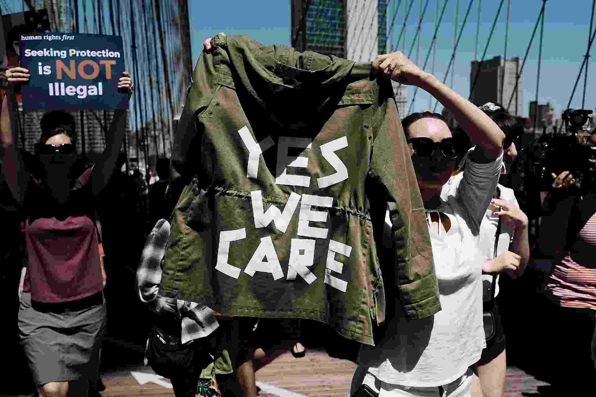 """""""Sim, nos importamos"""", manifestante faz sátira com casaco usado por Melania Trump - Getty Images"""